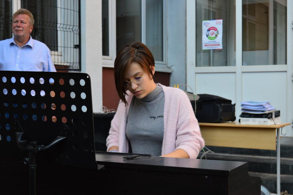 Sophia Tiganas, aus der 9.B spielt Klavier